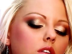 The Very Beautiful And Lovable Blonde Lindsay Marie With A Medium Tits Masturbates Her Vulva